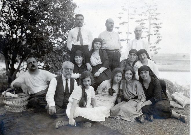 13 Sekerci Cemil Bey ailesiyle