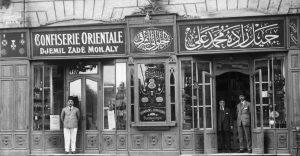 Udi Cemil Bey oğullarıyla mağaza önünde
